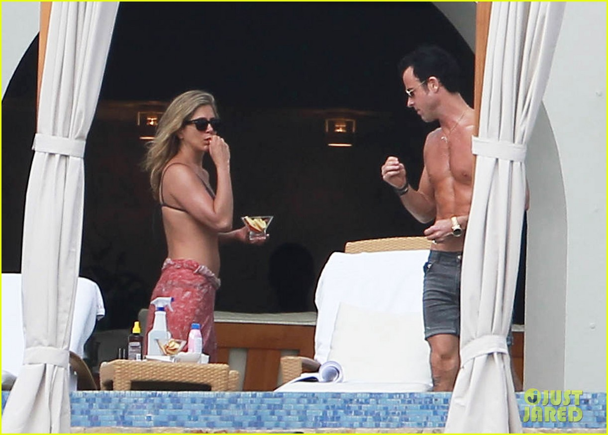 jennifer aniston bikini tanning with justin theroux 18