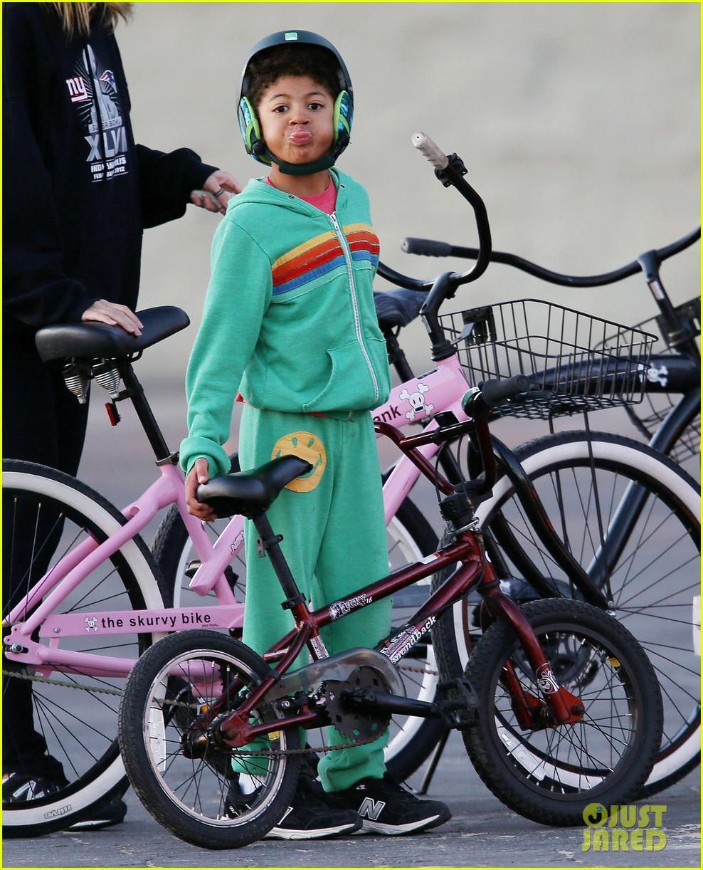 heidi klum martin kristen bike rides family 02