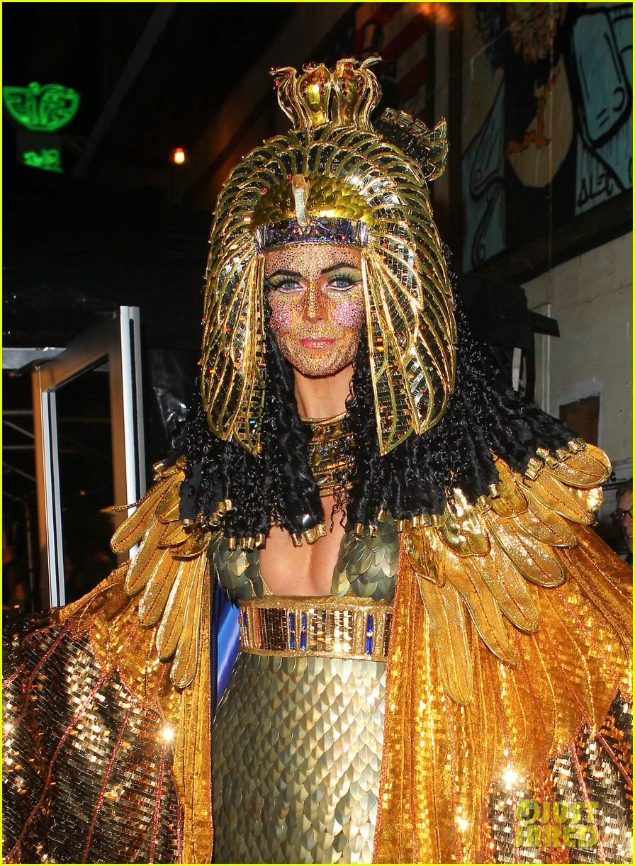 heidi klum cleopatra at holiday costume party 02