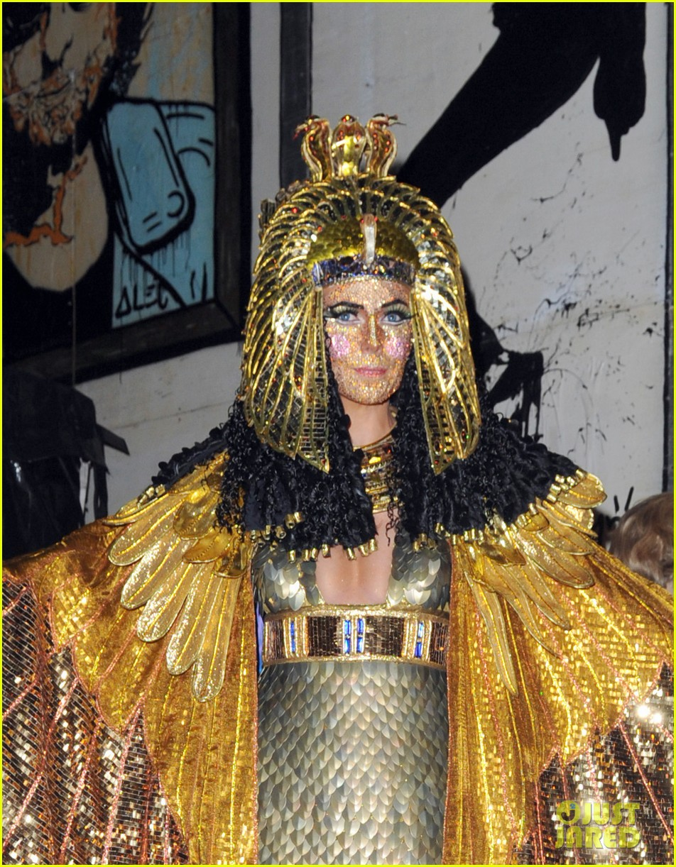 heidi klum cleopatra at holiday costume party 08
