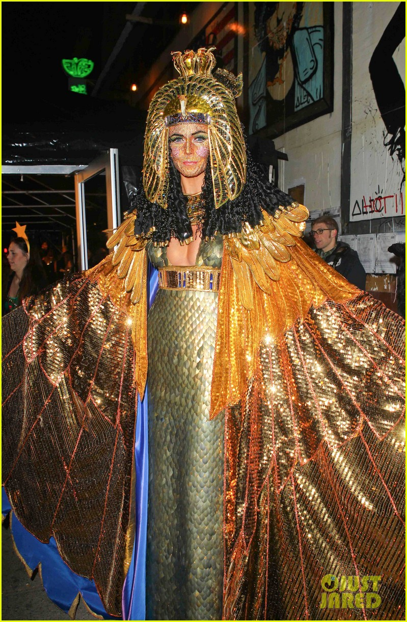 heidi klum cleopatra at holiday costume party 13