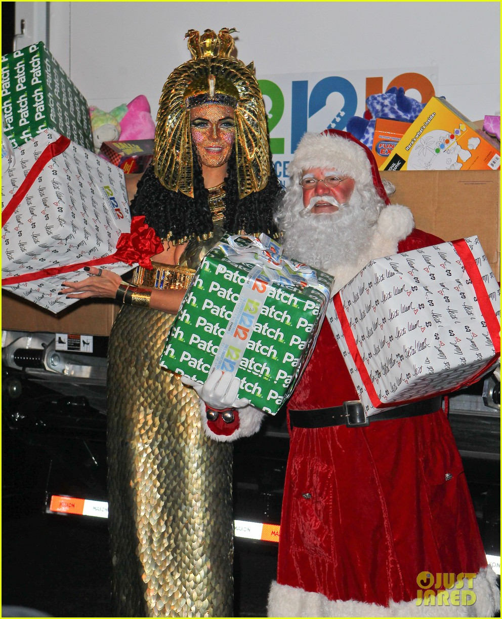heidi klum cleopatra at holiday costume party 18