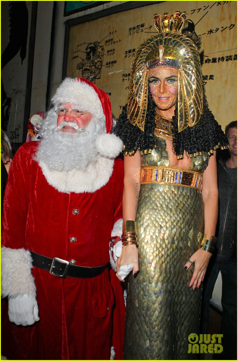 heidi klum cleopatra at holiday costume party 24
