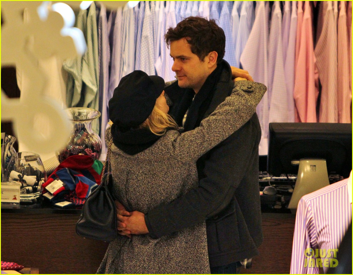 diane kruger joshua jackson holiday shopping kisses 09