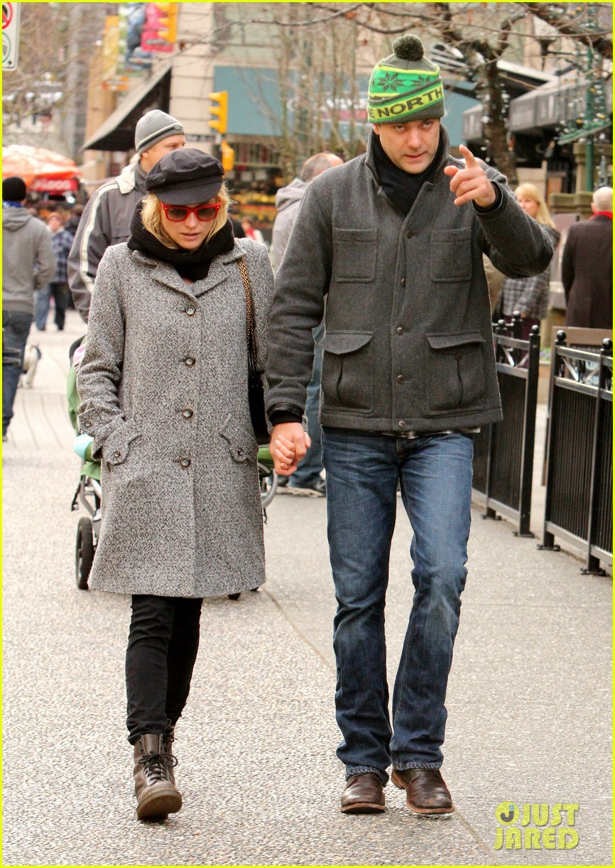 diane kruger joshua jackson holiday shopping kisses 10