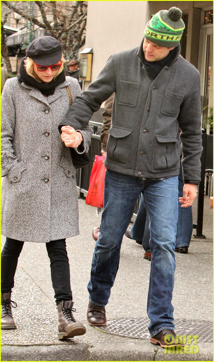 diane kruger joshua jackson holiday shopping kisses 11