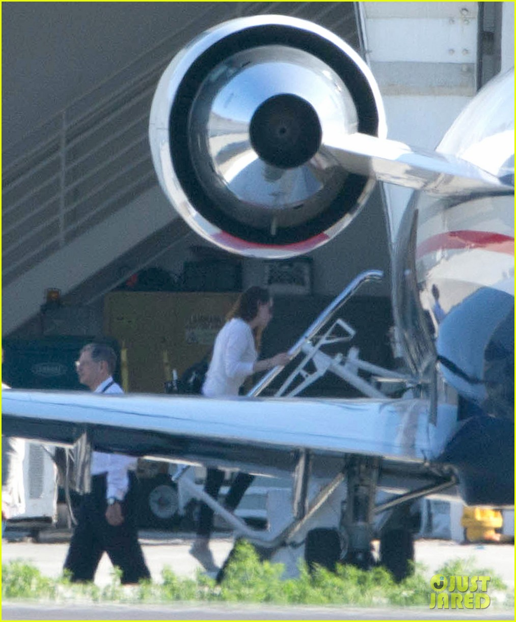 kristen stewart private jet takeoff in los angeles 18