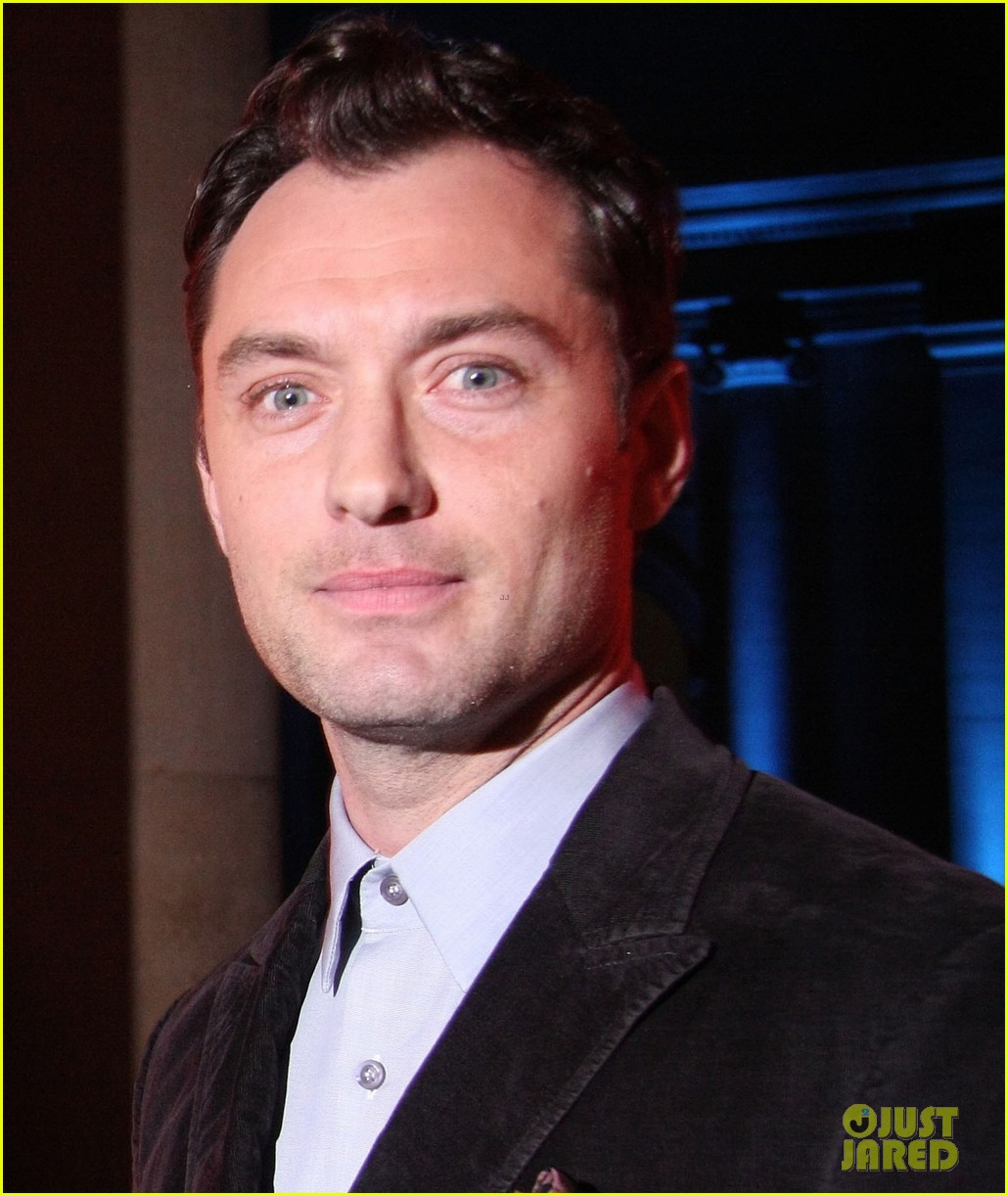 jude law 2012 turner prize presenter 02