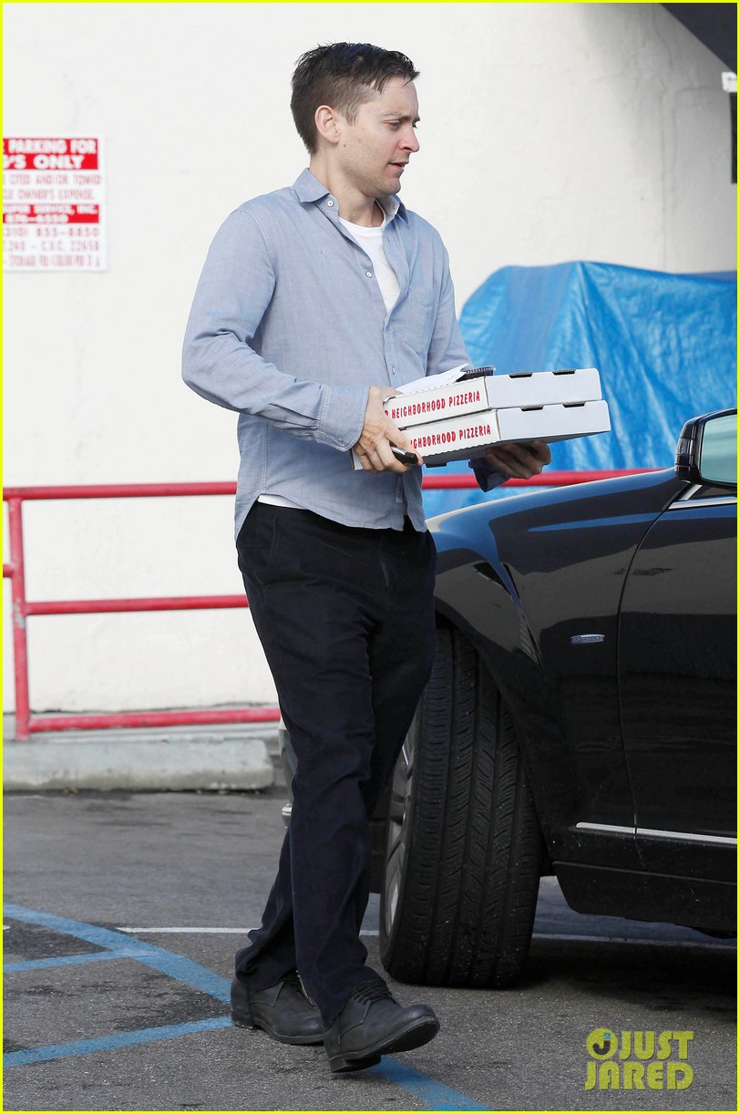 tobey maguire pizza pickup on christmas eve 042780864