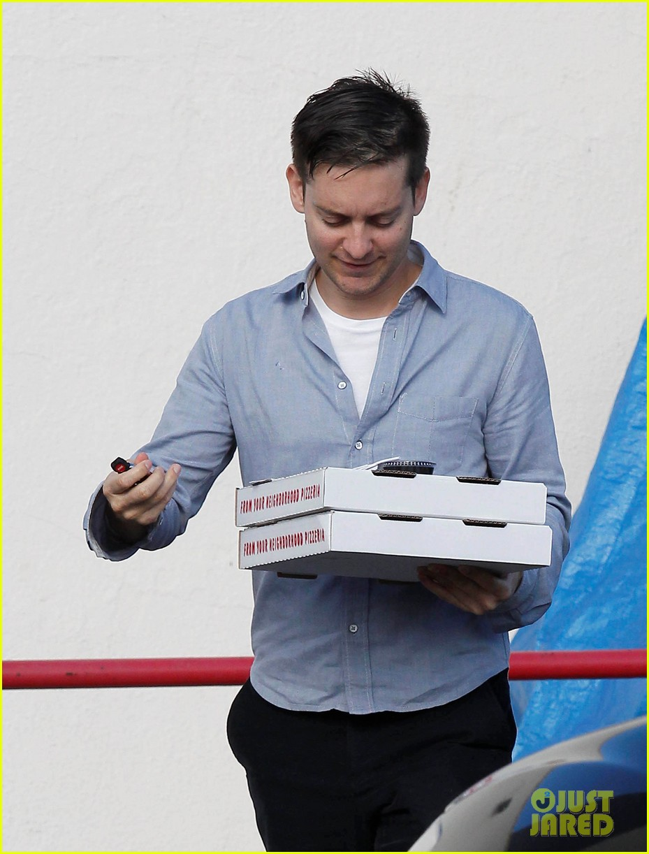 tobey maguire pizza pickup on christmas eve 06