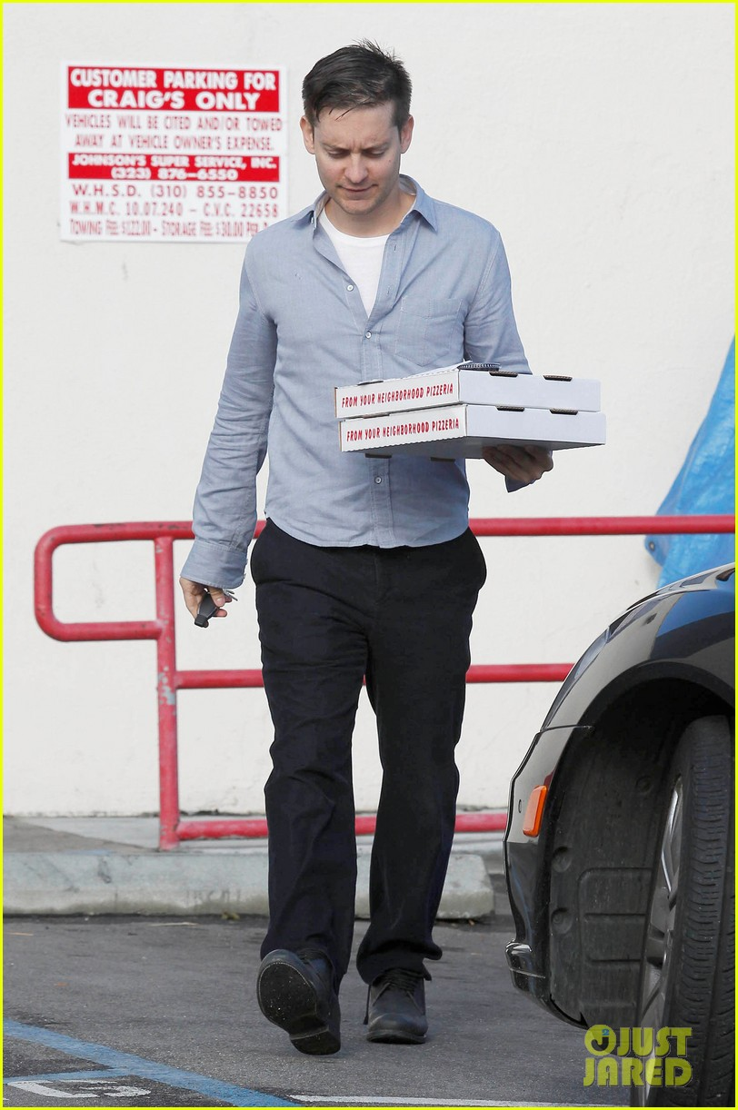 tobey maguire pizza pickup on christmas eve 07