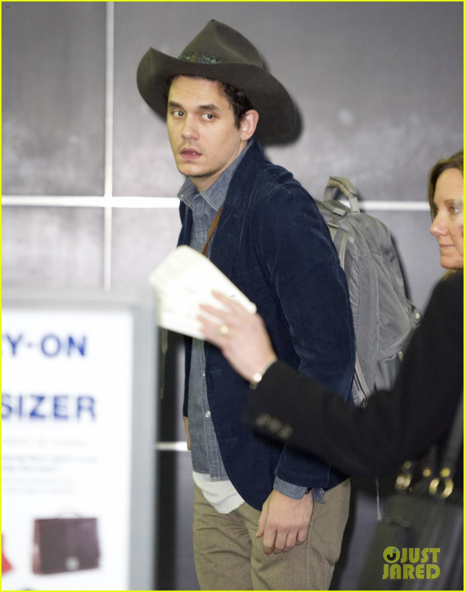 john mayer airport arrival guy 03