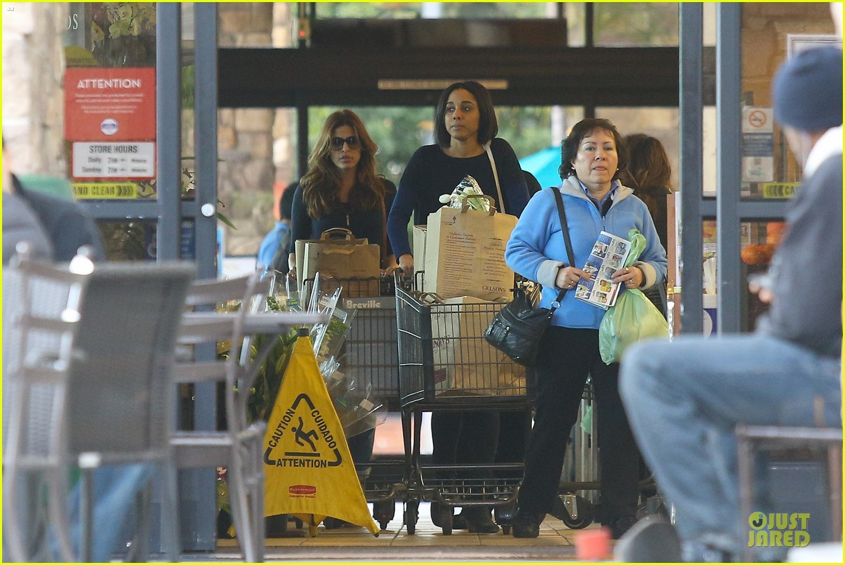 eva mendes grocery shopping with a gal pal 09