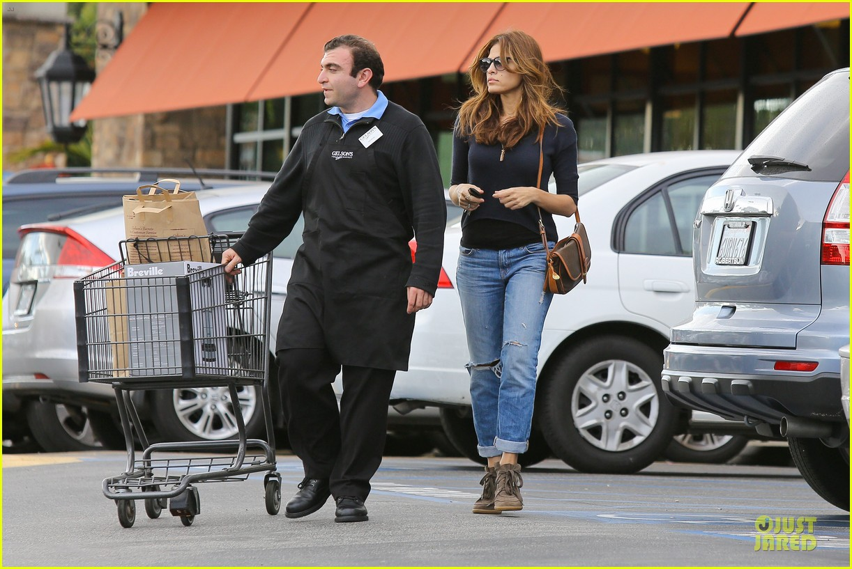 eva mendes grocery shopping with a gal pal 13
