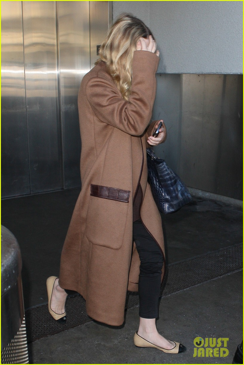 ashley olsen lands at lax after flight trouble 03