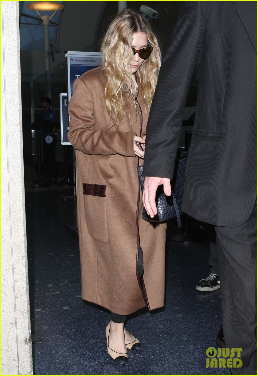 ashley olsen lands at lax after flight trouble 05