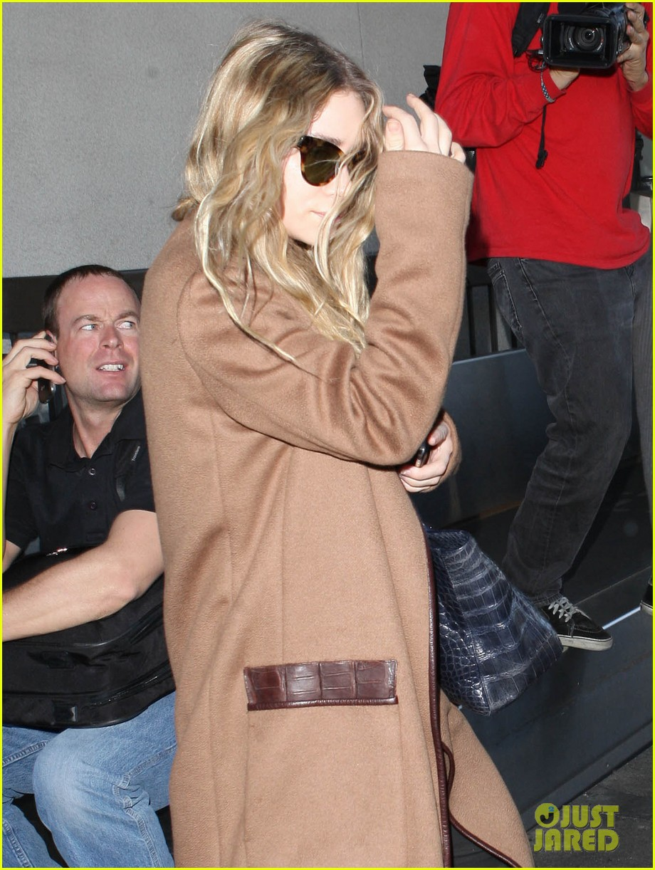 ashley olsen lands at lax after flight trouble 14