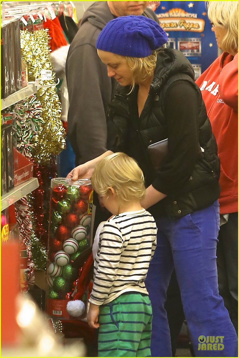 amy poehler holiday shopping with archie 122767151