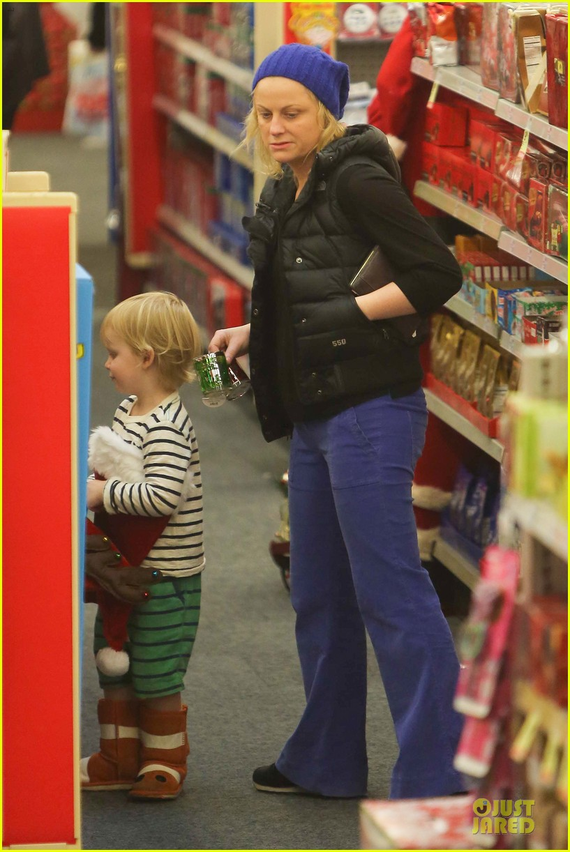 amy poehler holiday shopping with archie 182767157