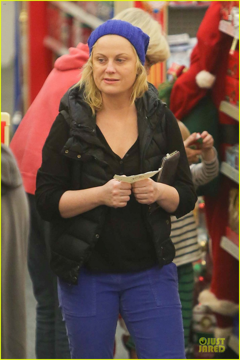 amy poehler holiday shopping with archie 27