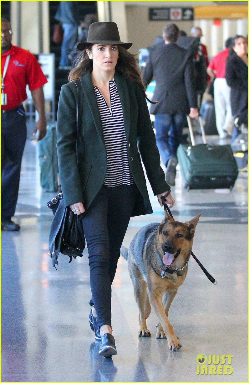 nikki reed paul mcdonald airport with pups 04