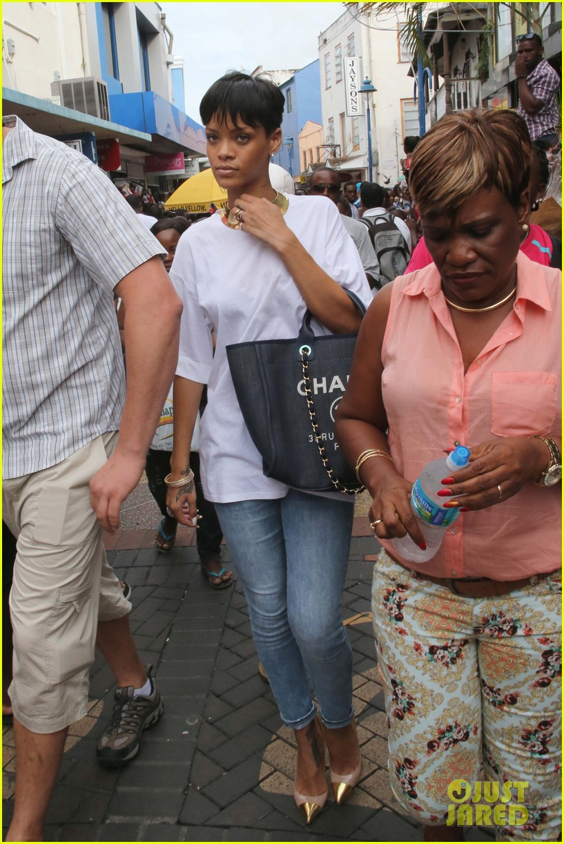 rihanna holiday shopping in barbados 02