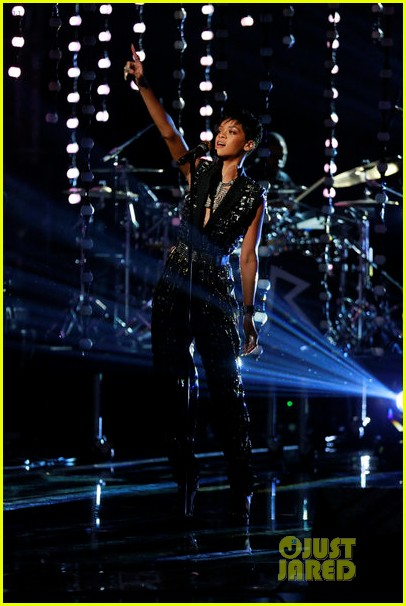 rihanna diamonds on the voice finale watch now 01