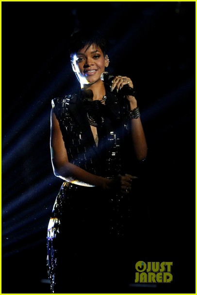 rihanna diamonds on the voice finale watch now 022778048