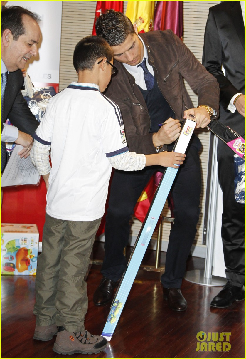 cristiano ronaldo no child without toys campaign 15
