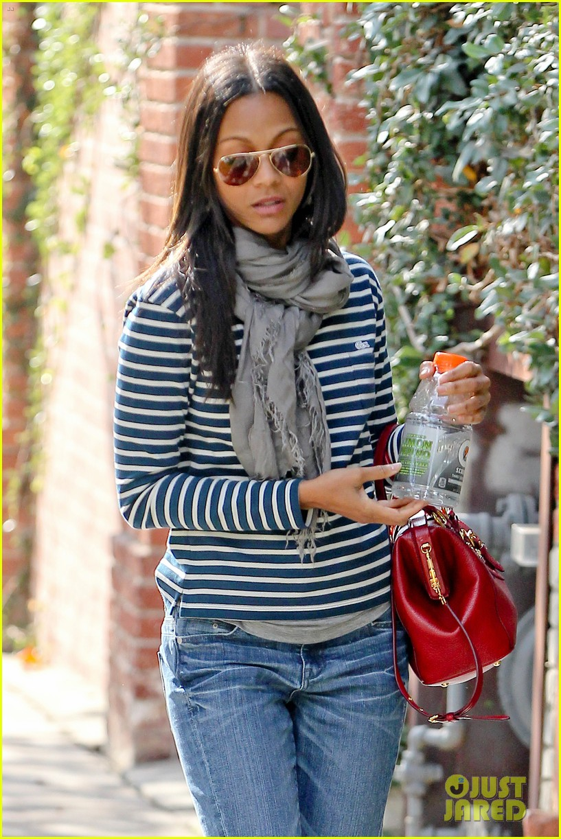 zoe saldana loves the los angeles rain 042769083