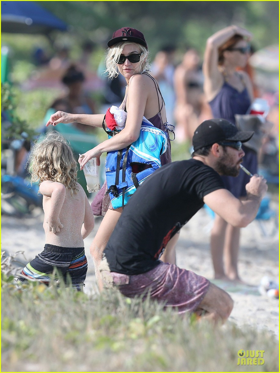 ashlee simpson beach bonding with bronx 13