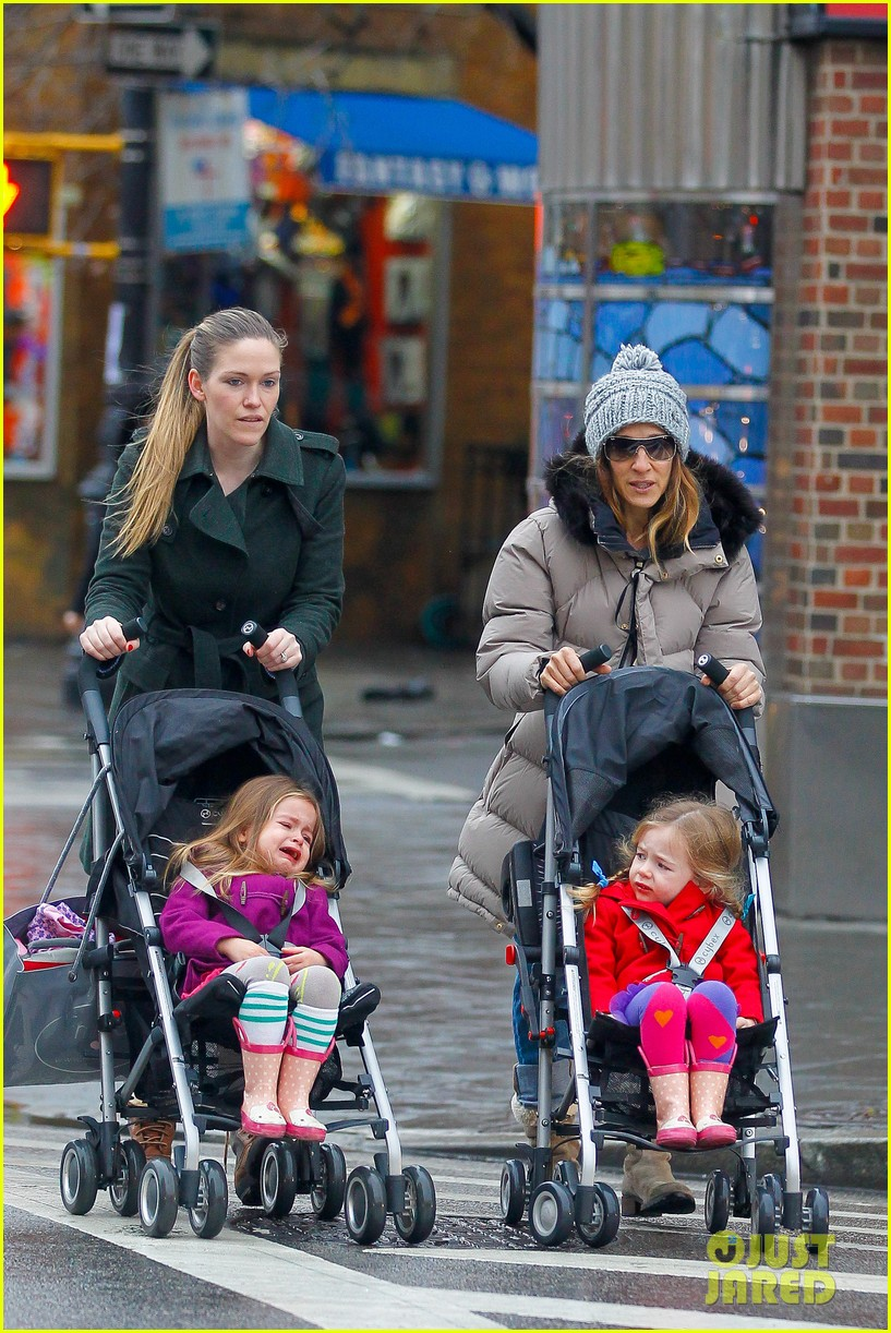 sarah jessica parker bundled up school run 012777278