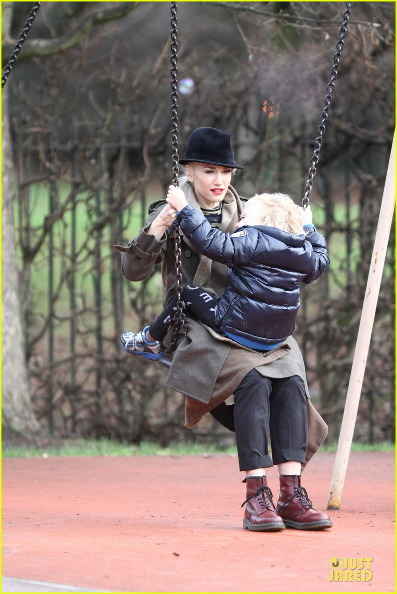 gwen stefani & gavin rossdale primrose hill park stroll with the boys 01