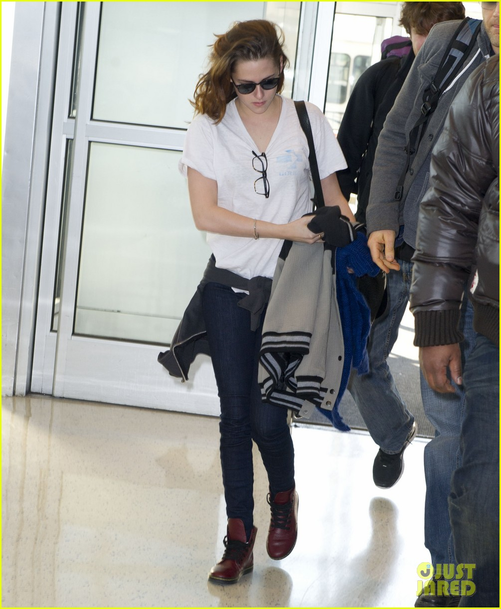 kristen stewart jets out of new york city 04