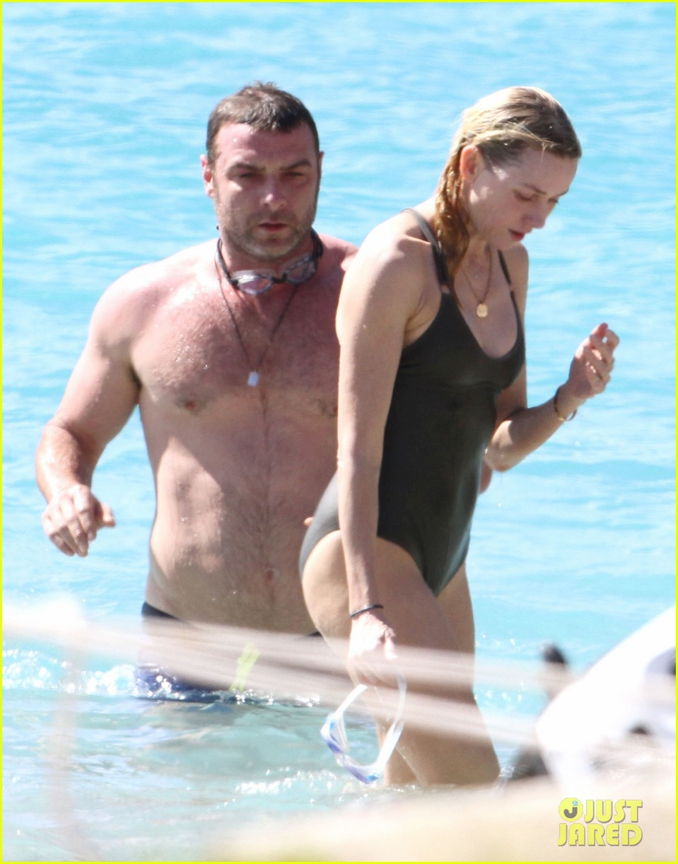 naomi watts shirtless liev schreiber new years eve beach day 03
