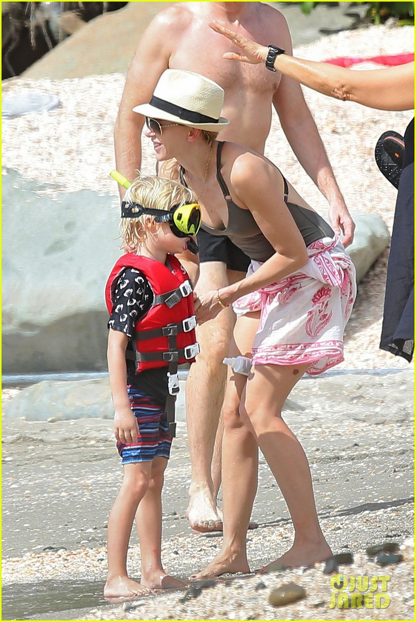 naomi watts shirtless liev schreiber new years eve beach day 09