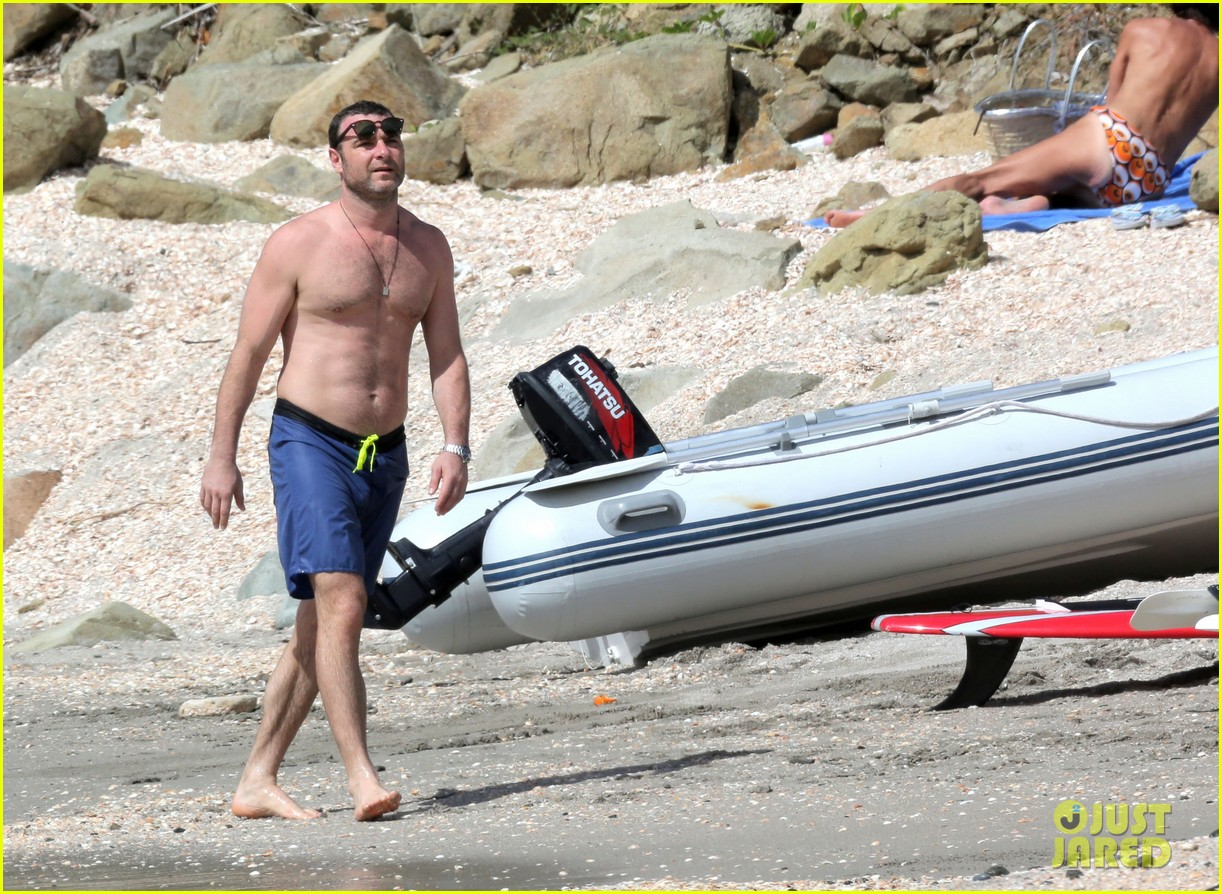 naomi watts shirtless liev schreiber new years eve beach day 28