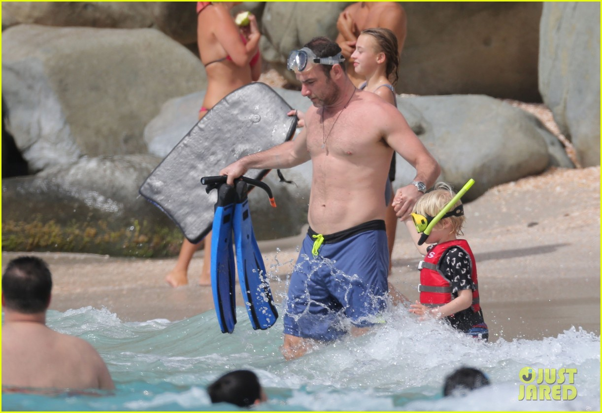 naomi watts shirtless liev schreiber new years eve beach day 29