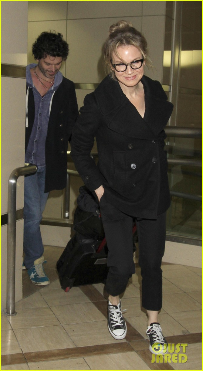 renee zellweger gets close to doyle bramhall ii at lax 04