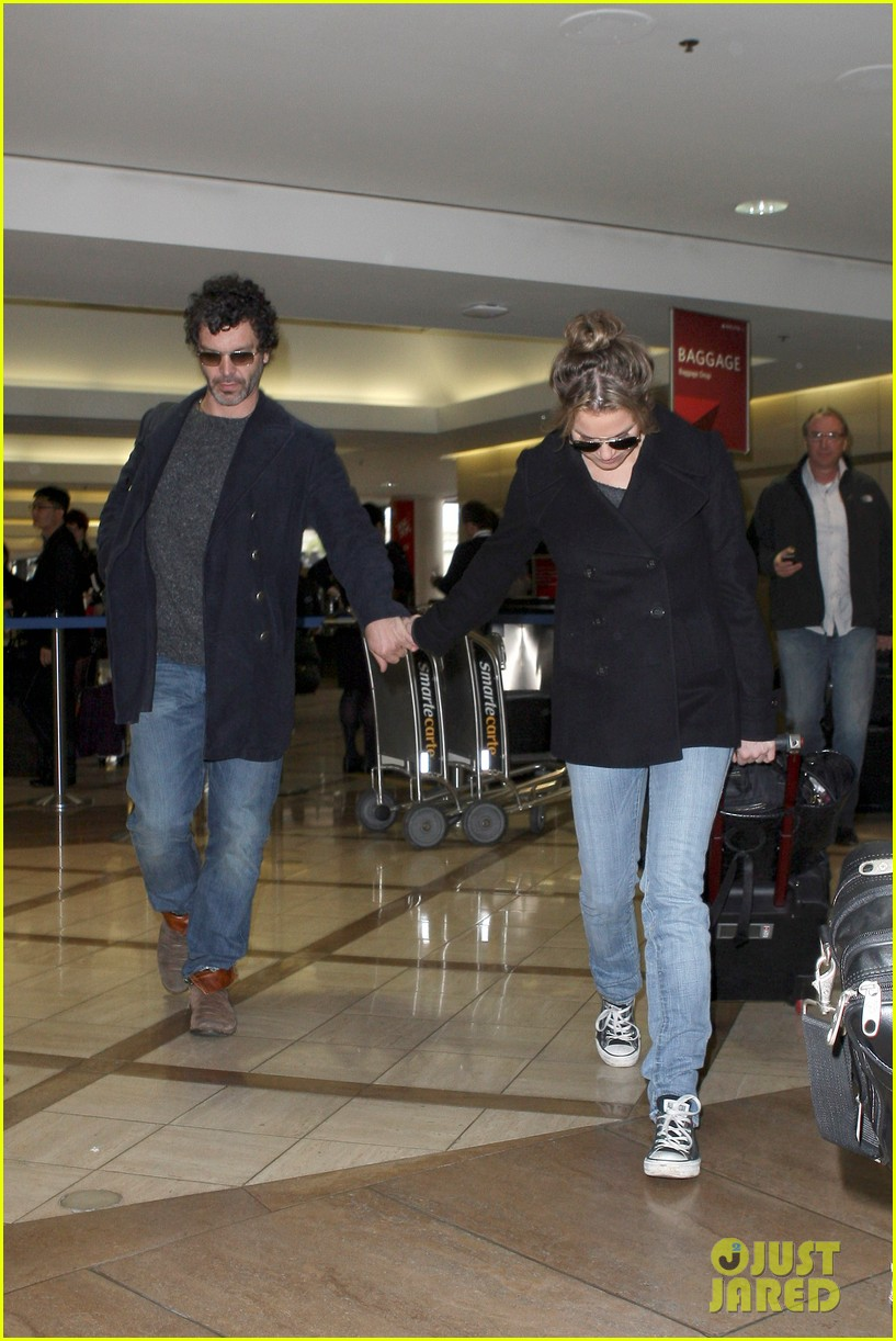 renee zellweger kisses doyle bramhall ii at airport 01
