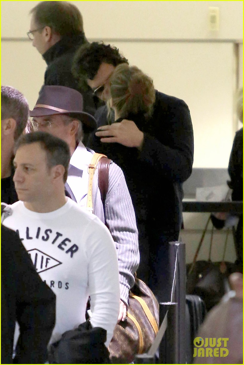 renee zellweger kisses doyle bramhall ii at airport 14