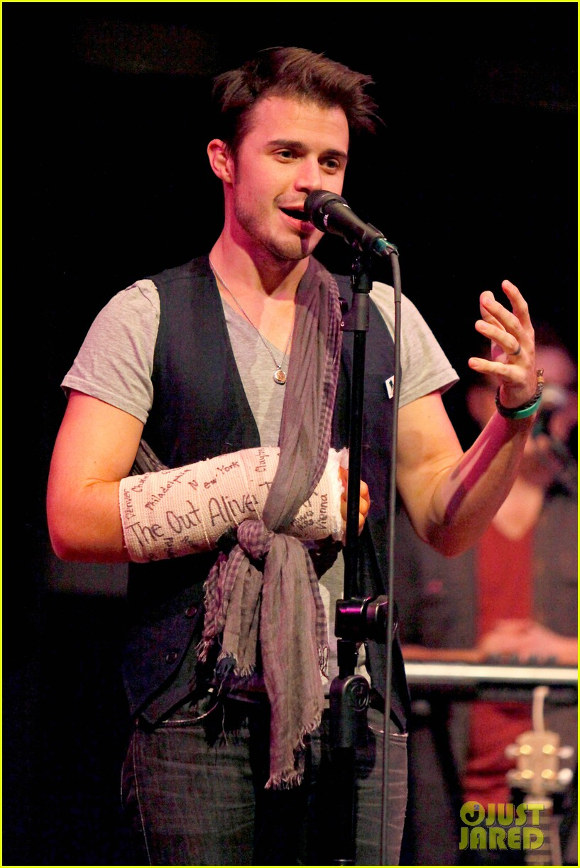 kris allen performs with broken wrist after car accident 01