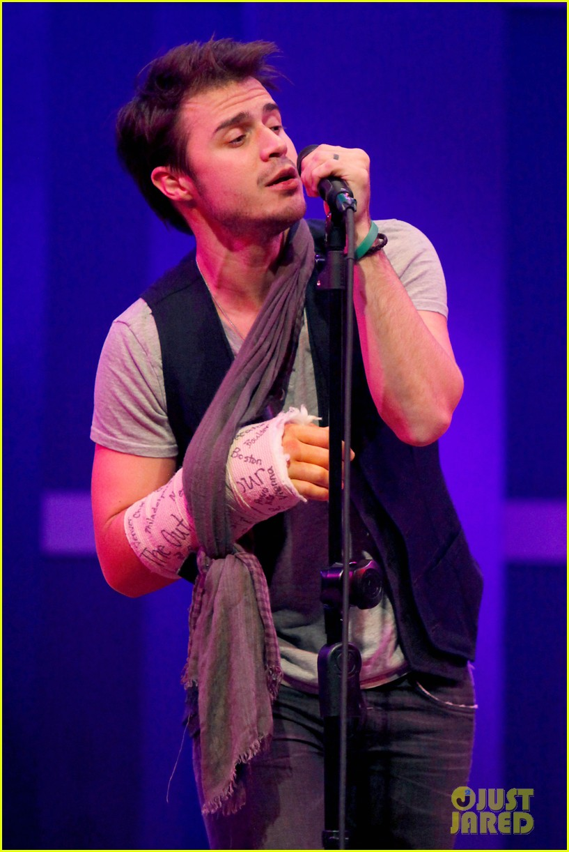 kris allen performs with broken wrist after car accident 02