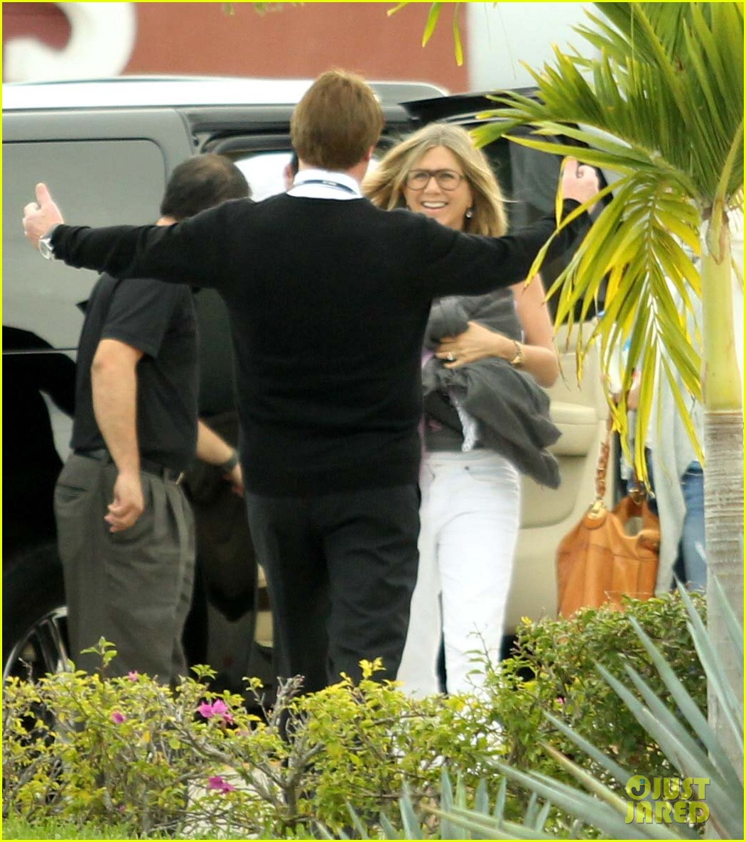 jennifer aniston justin theroux friends depart cabo 01