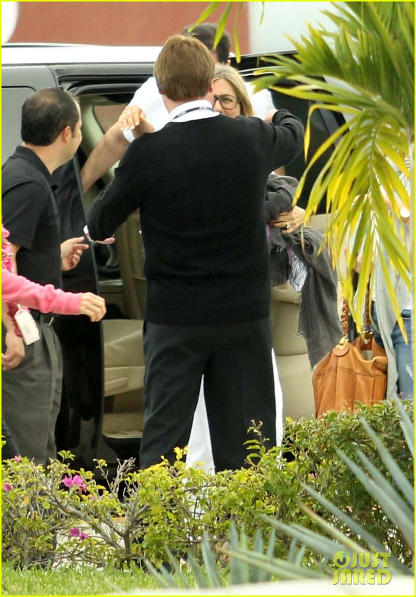 jennifer aniston justin theroux friends depart cabo 08