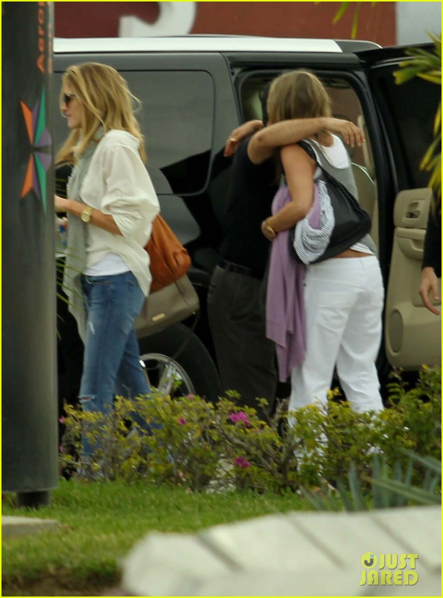 jennifer aniston justin theroux friends depart cabo 09