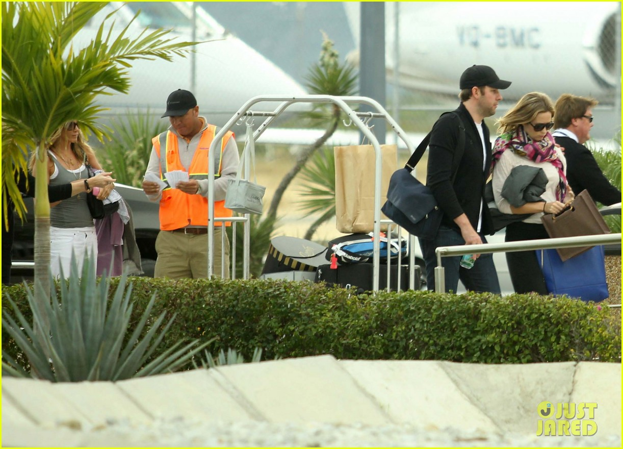 jennifer aniston justin theroux friends depart cabo 15