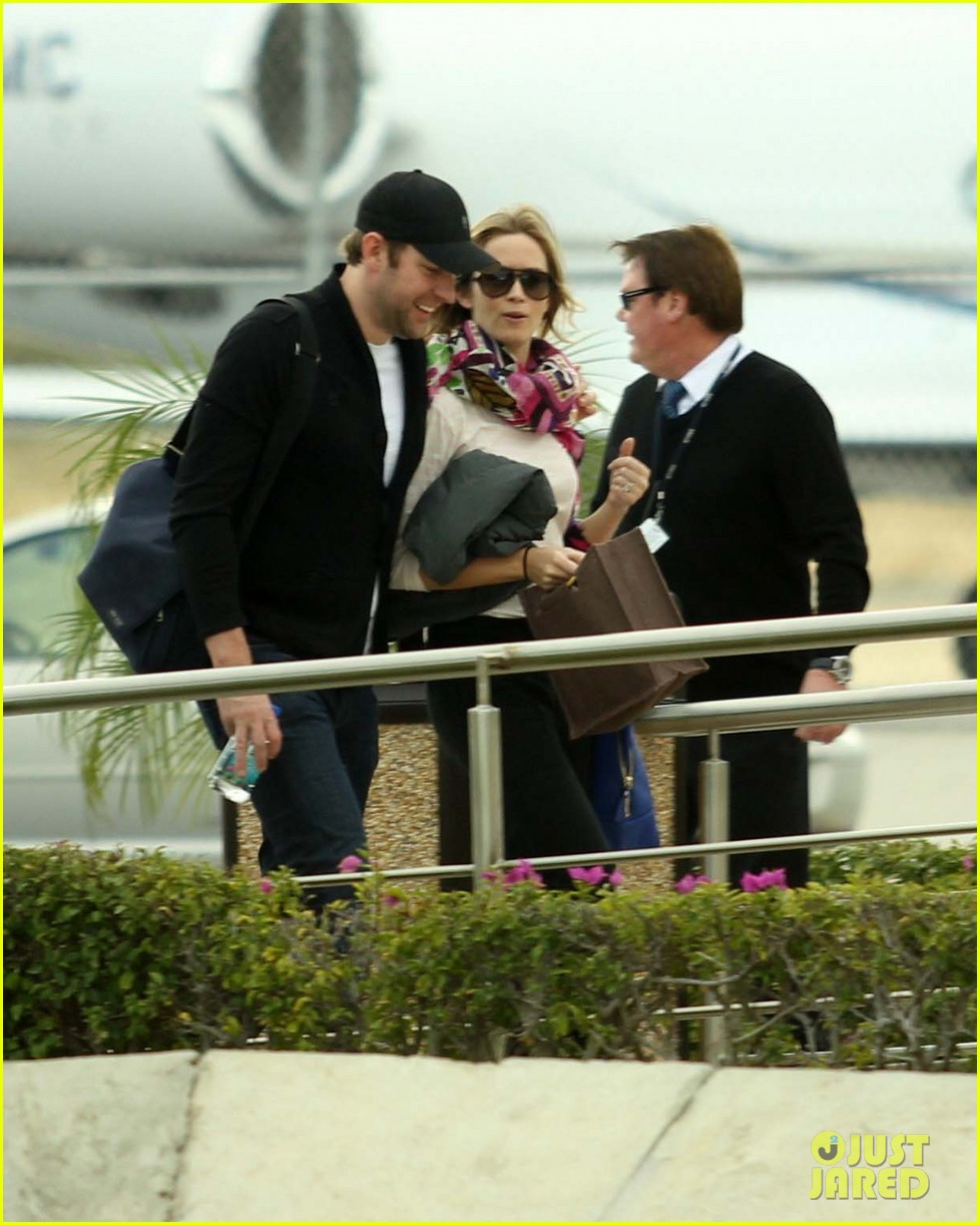 jennifer aniston justin theroux friends depart cabo 17