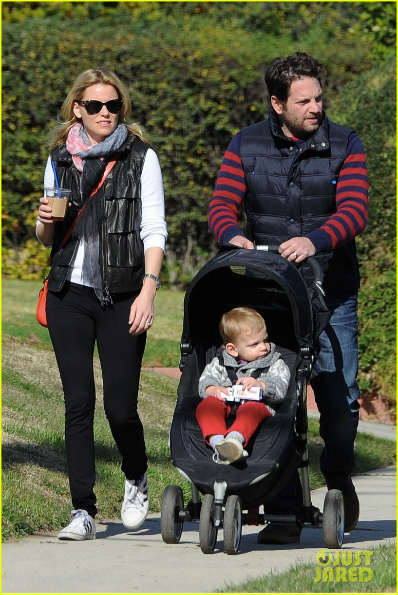 elizabeth banks family outing 06