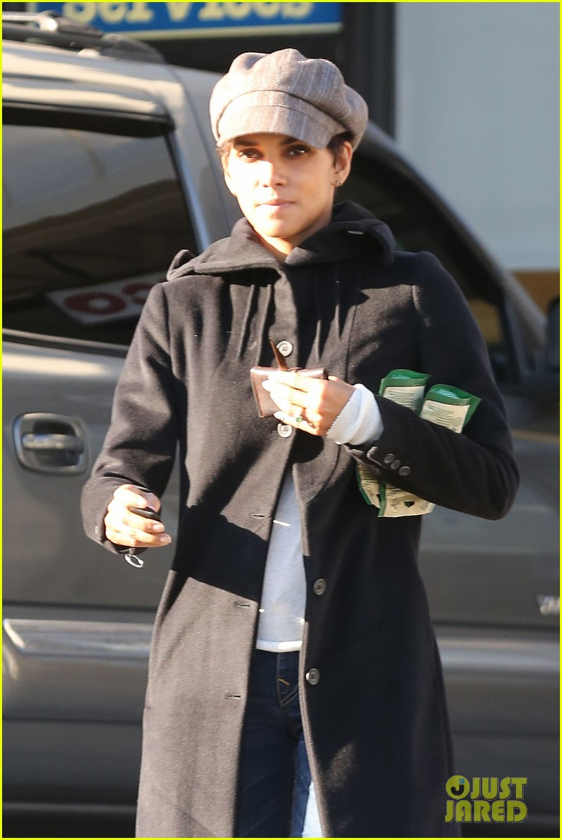 halle berry back at the vet with pet cat 09